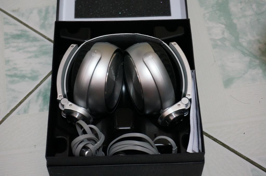 Sony XB920 packaging